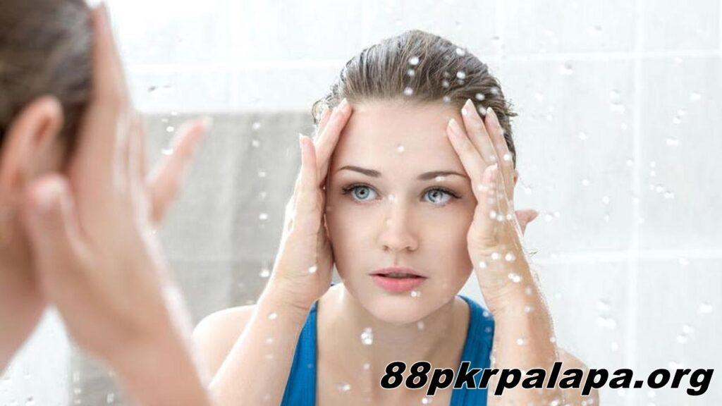 Manfaat Membersihkan Wajah dengan Air Hangat Kulit Kencang Secara Alami